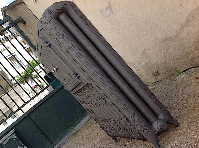 """Logo ancien De Dietrich dans un Cor de chasse deux """"D"""" inversés . Les radiateurs pour salle à manger époque 1900 sont d'astucieux radiateurs avec un four incorporé , permet le maintien au chaud des plats et assiettes . Les radiateurs chauffe-plats sont d'authentiques pièces de musée devenus rare"""
