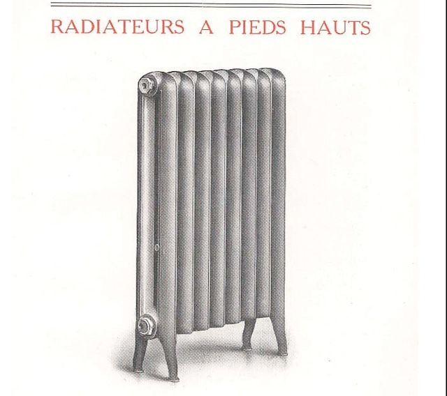 """Les radiateurs en fonte lisses a pieds hauts , de la gamme """"Ideal 1909"""" des fonderies Compagnie Nationale des Radiateurs , spécimen conçu et destiné à l'époque aux Hôpitaux de France et d'ailleurs , les pieds hauts de """"forme humaine"""" permet un nettoyage aisé sous le radiateur . Radiateur de collection infiniment plus rare qu'un radiateur à motifs fleuris..."""