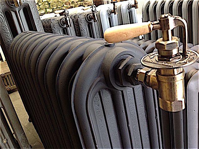 Beau spécimen rare d'un bâtiment militaire époque 1900 radiateur industriel à colonne pleine Radiateur de collection
