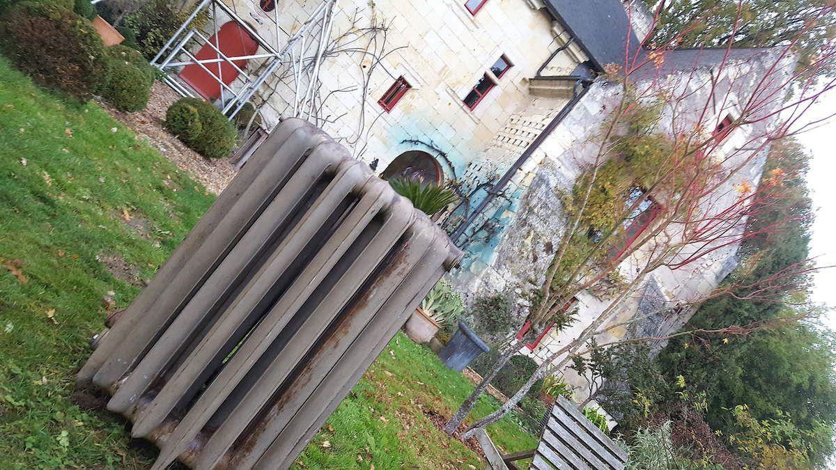 """Prestation dans les environs de Saumur dans une somptueuse maison troglodyte en partie creusée dans la roche en 1600 , la seconde partie plus récente à flanc de montagne époque 1900  ,  rajout d'une dizaine de radiateurs lisses dont un radiateur circulaire , sur une installation déjà équipée depuis 20 ans d'une dizaine de radiateurs """"lisse IDEAL 1909"""" et radiateurs lisses des fonderies de Brousseval époque 1900 . Les radiateurs sont dans leurs jus avec la patine de ces 100 dernières années , pour un effet """"vintage"""" ."""