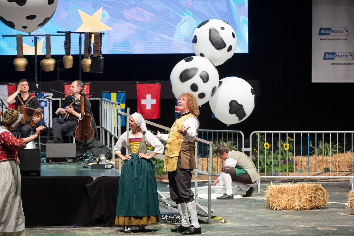 """Avec ballons d'hélium """"vachisés""""... (photo Seb North)"""