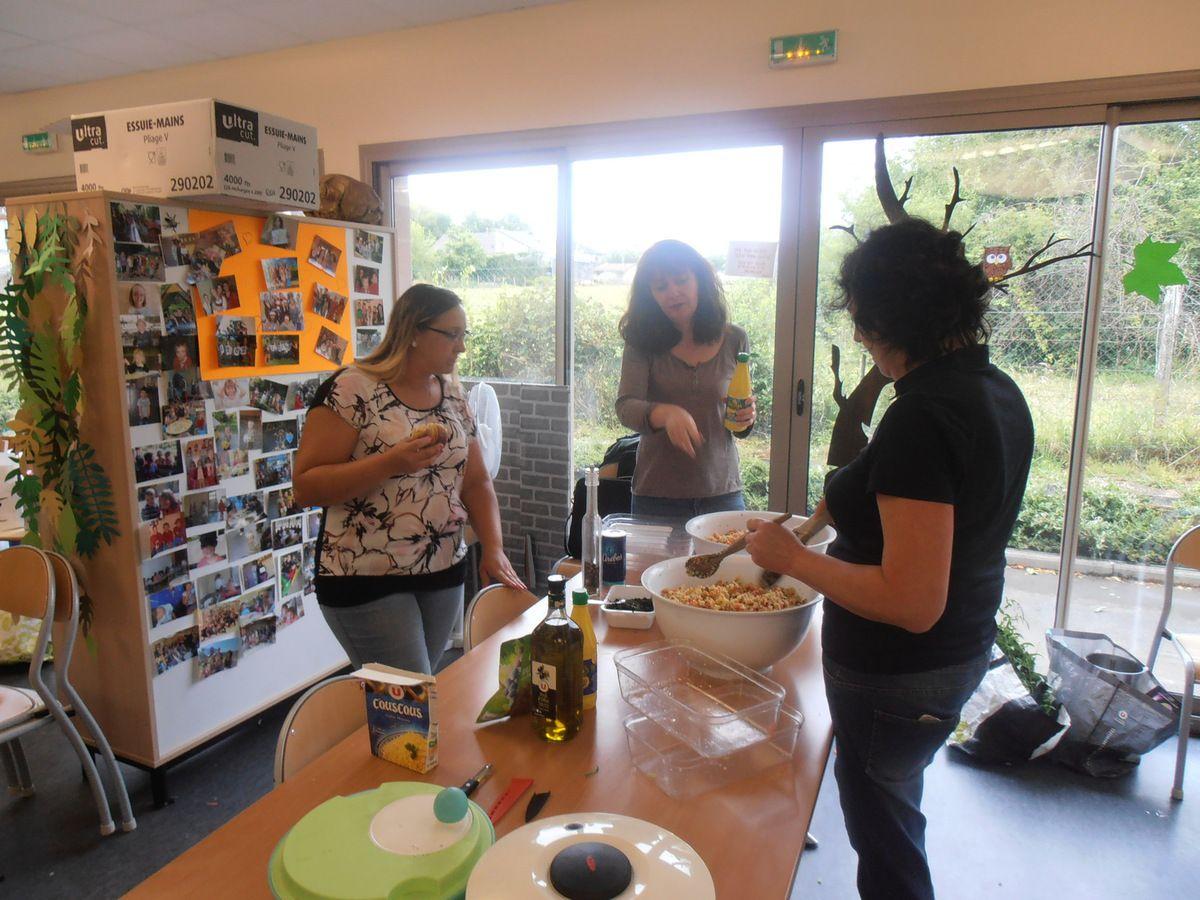 Atelier confection d' un taboulé maison et salade avec Christine , Laurence , Isabelle , Régine , Lydie et Sylvette