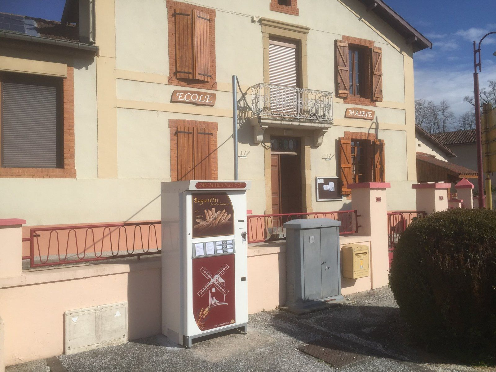 Castelbiague - Un distributeur de pain au village