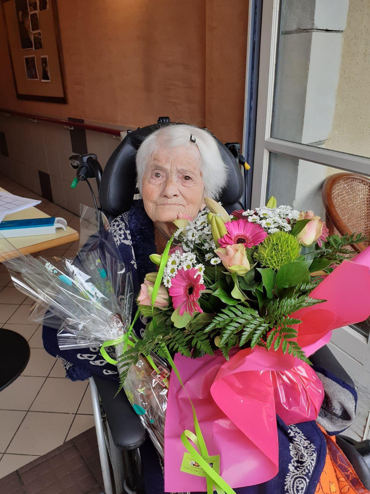 Saint-Martory. Avoir 100 ans pendant le confinement     Georgette Cazaux, fleurs et champagne pour ses 100 ans. PhotoDDM