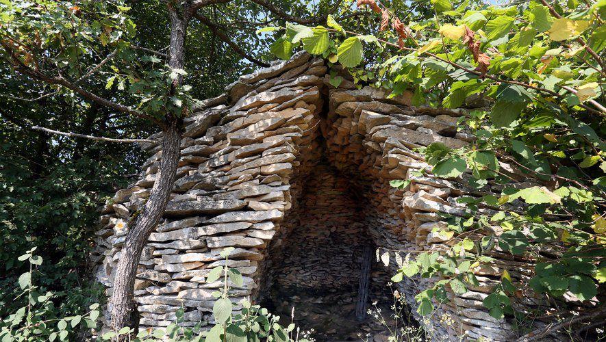 """Au fond d'un champ, une cabane de pierres séchées, la fameuse """"Orrys"""", s'accroche au sol./Photo DDM Jal"""