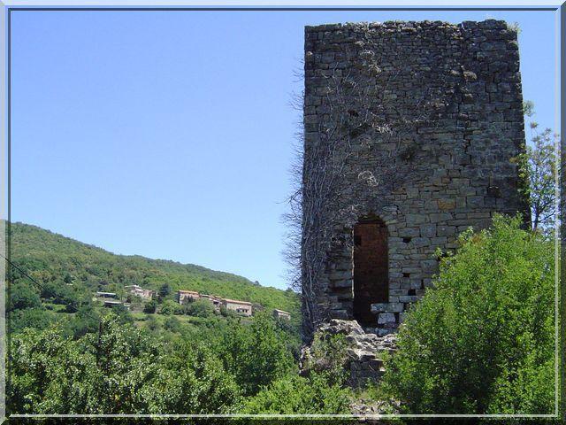 La tour médiévale surveille le village du 20ème siècle