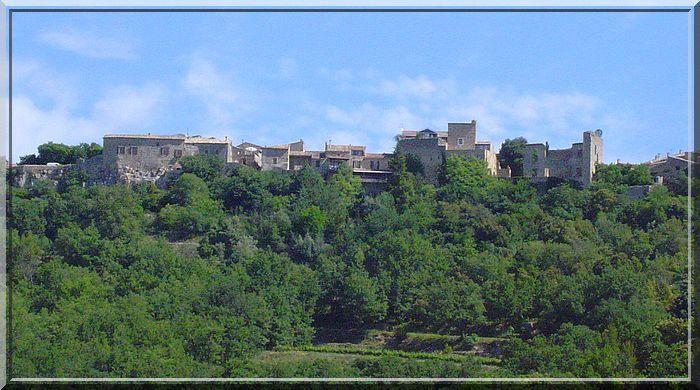 Un village bien protégé par son château médiéval