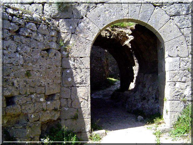 Point de pont levis en cette belle entrée de pierre