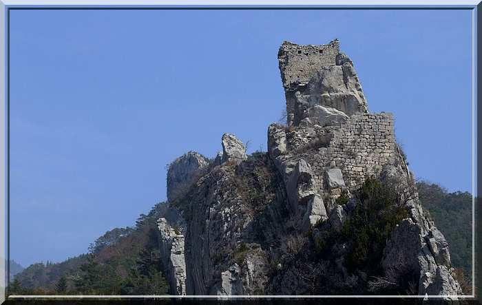 Même ruiné, le château est encore très puissant !