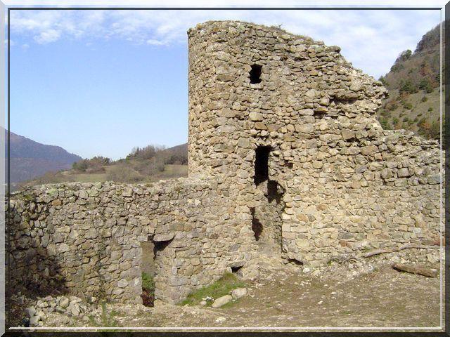 La petite tour de guet protège aussi la poterne