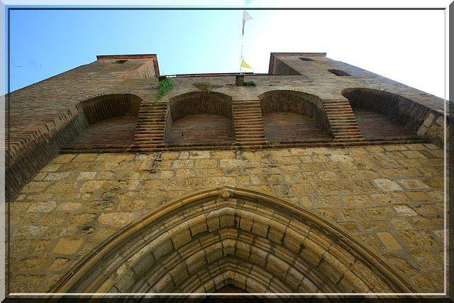 La brique et la pierre s'harmonisent pour défendre cette église