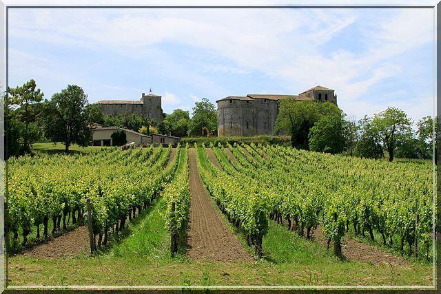Quelle commune !... Un château défensif à gauche, une église fortifiée à droite