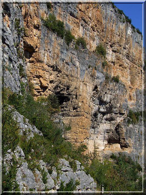 Voyez vous des abris sous roche ?