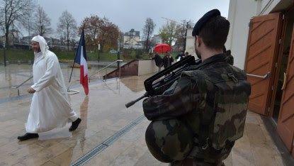Un homme armé criant «Allah Akbar» arrêté près de la Grande Mosquée de Paris