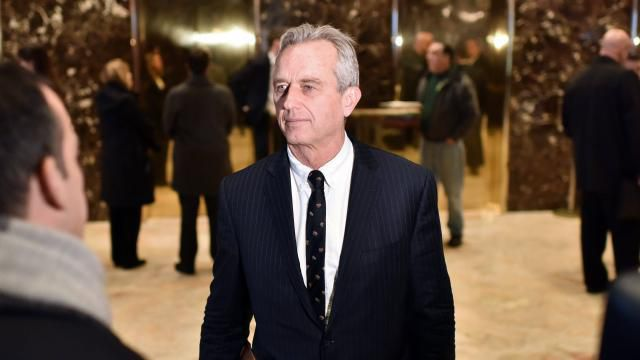 Robert F. Kennedy Jr, dans le hall de la Trump Tower à New York après son entrevue avec Donald Trump. | Photo EPA