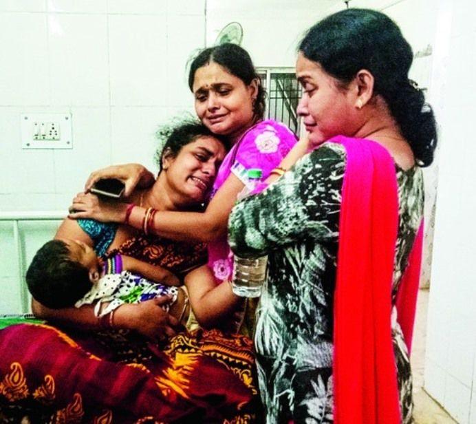 Une maman dévastée tient son bébé mort dans les bras