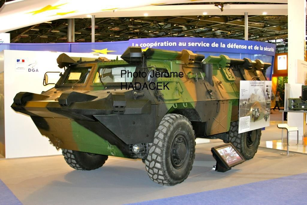 VAB expérimental présenté lors d'un EuroSatory avec le système SHARK (Système HARd Kill)  Il s'agit d'une protection active qui neutralise l'ensemble des projectiles, mines et obus à courte distance.