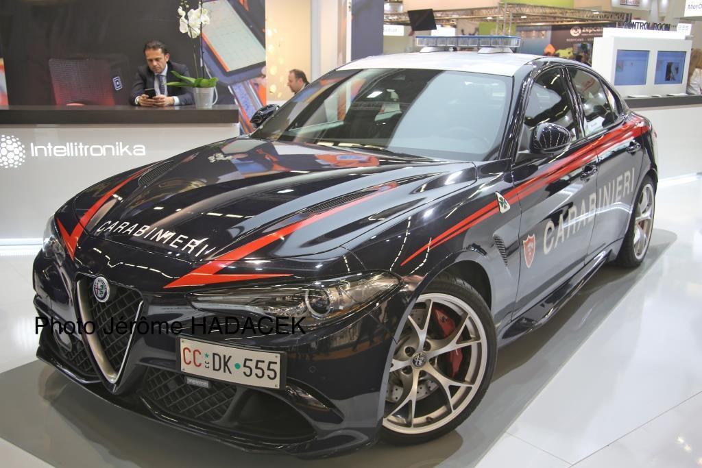 Le stand Alfa Romeo exposait une superbe Giulia Quadrifoglio des Carabinieri