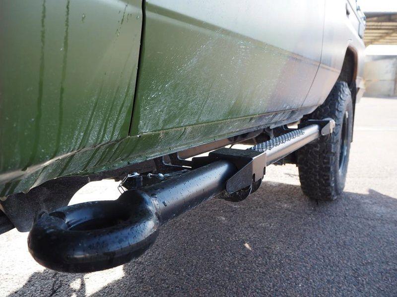 Astucieux : les marchepieds sont en fait des barres de remorquages, une barre côté conducteur et une rallonge coté passager.