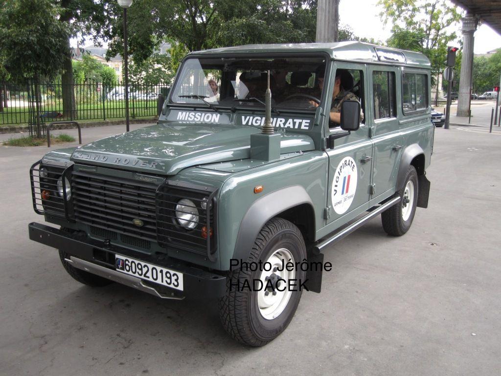 Une série de Land Rover, en version civile, disposant d'un marquage spécifique, a été achetée, essentiellement afin de préserver les véhicules militaires des unités contributrices pour les opérations extérieures.