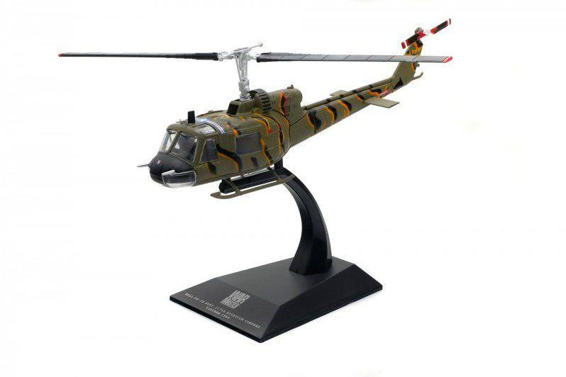"""Le Bell UH-18 Huey en position """"vol"""" sur son socle... (photos Solido)"""