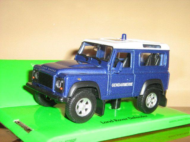 Le bleu de ce Land Rover est un bleu métallisé non conforme...