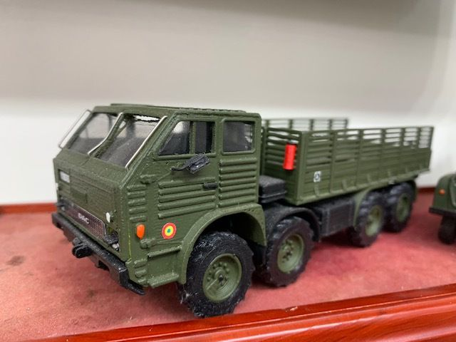 vos vitrines : les véhicules de l'armée roumaine en miniatures (par kamal)