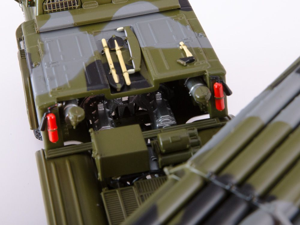 "MLRS BM-27 ""Uragan"" et  9K52 ""Luna-M"" au 1:43 (Start Scale Models)"