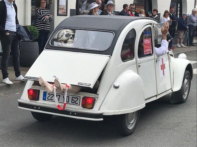 """Une Citroën 2CV """"ambulance""""... pour rire."""
