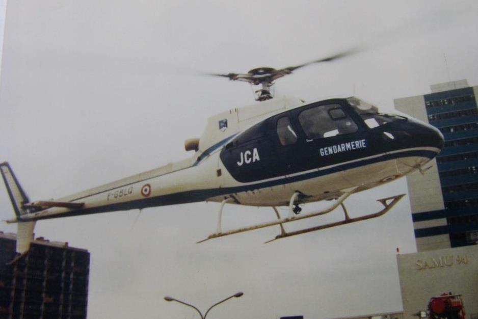 """Hélicoptère Ecureuil de la base 107 (Villacoublay)  ici en """"evasan"""""""