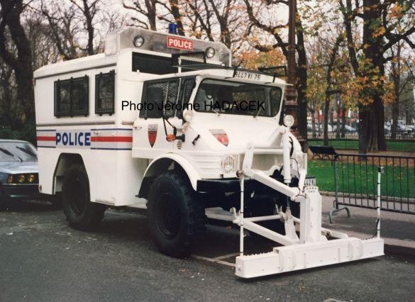 UNIMOG 406 Police nationale équipé d'une barre aimantée pour objets métalliques sur la chaussée (photo J. Hadacek)