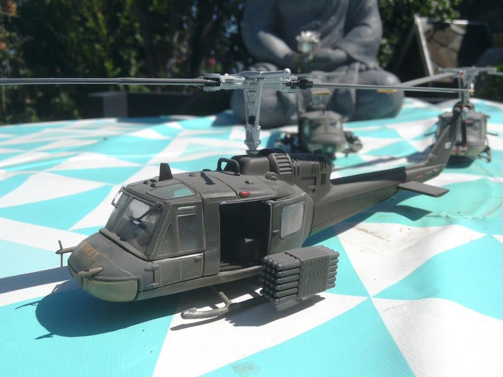 Bell UH-13 Sioux, AH-1J Cobra et UH-1C Huey