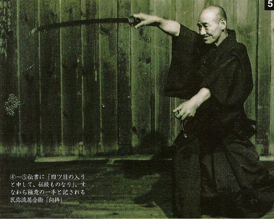 Kuroda Yasuji pratiquant le Tamiya ryu Iaïjutsu. Le travail de la main gauche est fondamental.