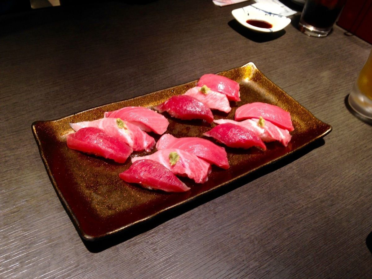 Spécialité culinaire traditionnelle, sushi thon...