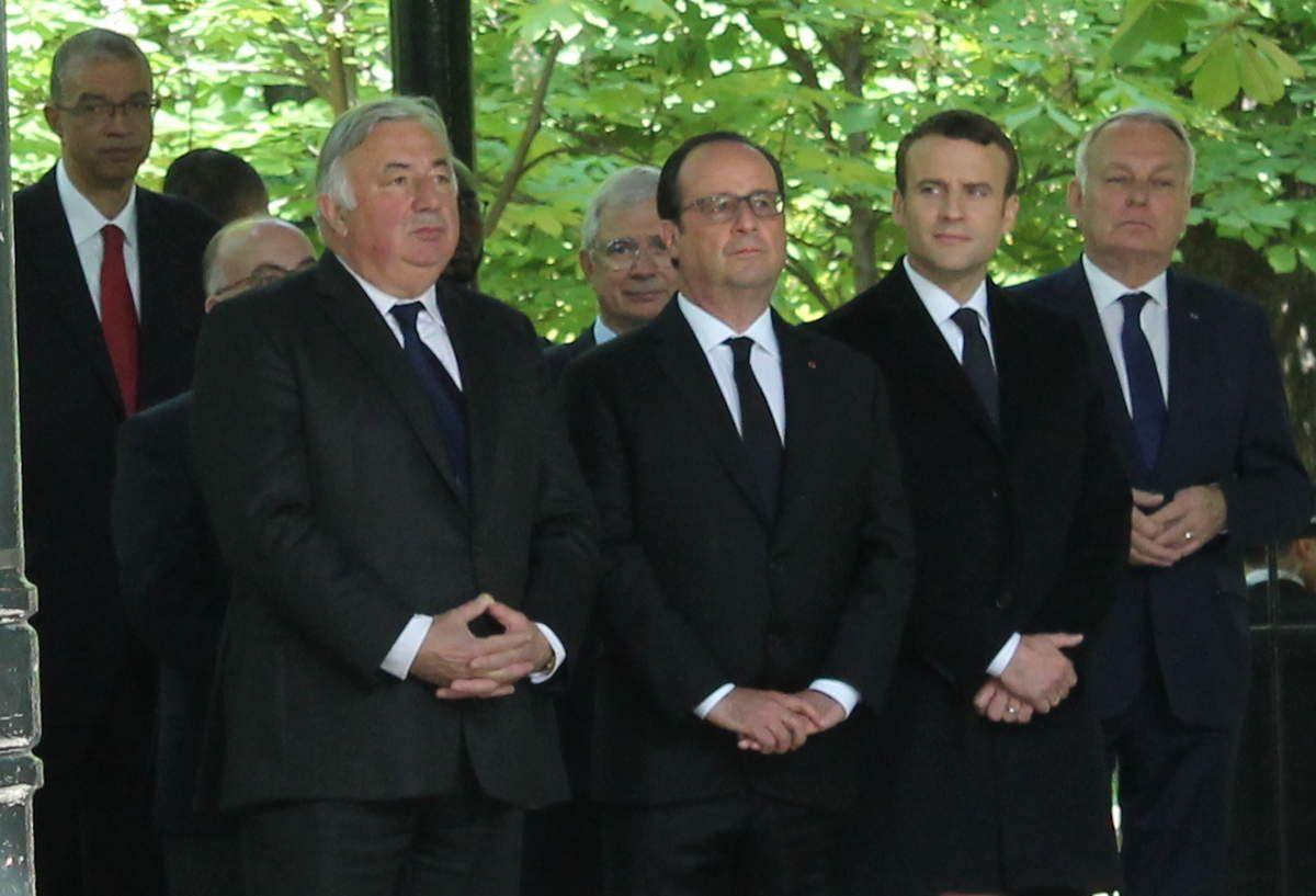 Sous le kiosque à musique, Hollande et Macron