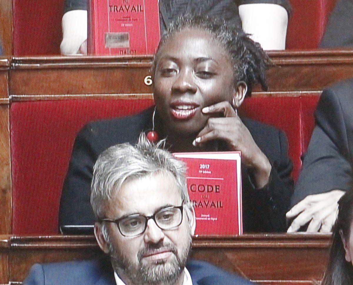 Les députés du groupe FI (ici Danièle Obono) exhibaient mardi 4 juillet, pendant le discours de politique générale d'Edouard Philippe, le code du travail qu'Emmanuel Macron a promis de réformer par ordonnances
