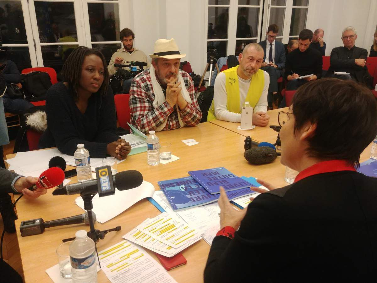 Priscilla Ludowsky, Philippe Pascot et Faouzi Lellouche face à Annick Girardin mardi soir au ministère des Outre-mer, en présence d'une trentaine de médias...