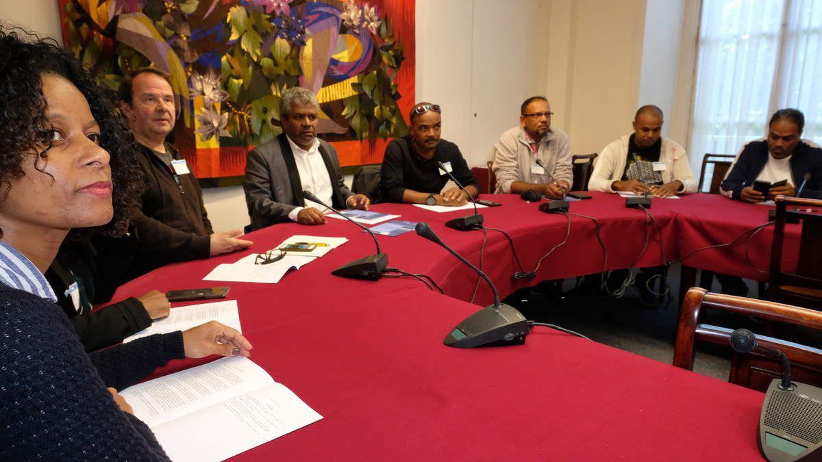 Des membvres du syndicat Sud PTT et Sud Orange des Outre-mer entouraient le député insoumis lorsqu'il a présenté sa PPL