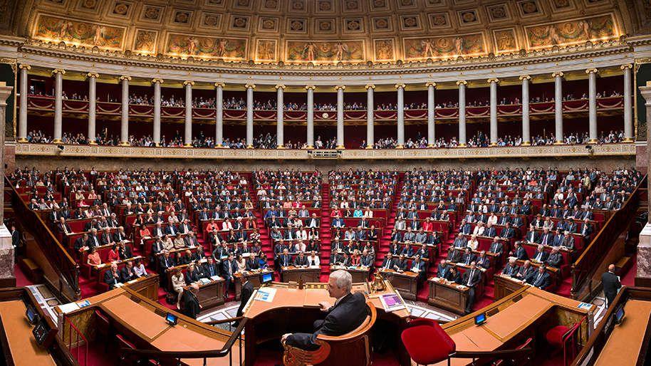 Ni de droite, ni de gauche, les députés La République en marche devraient revenir sur l'invention du docteur Guillotin : l'hémicycle !