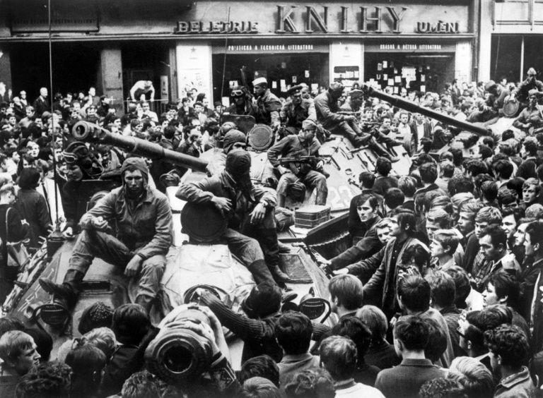 La résistible ascension de Benoît H les préséniles du Kremlin n'ont que faire du sang neuf, ils préfèrent l'épandre dans les caniveaux de Prague. Marie et Benoît en pleuraient de rage en écoutant le silence assourdissant des dirigeants communistes français (29)