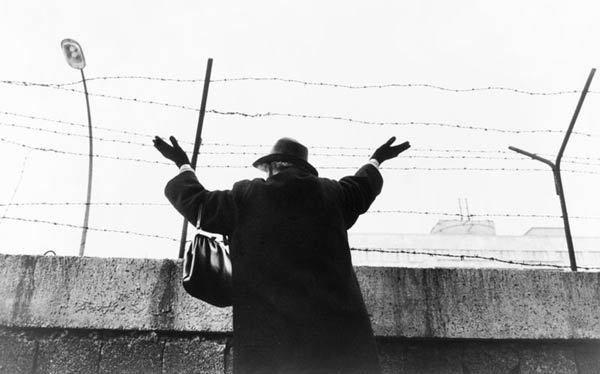 Une femme fait un signe à ses parents derrière le Mur en 1961. Licence