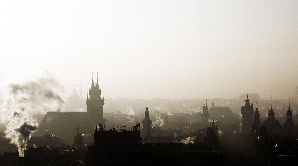 La résistible ascension de Benoît H la très revêche Frau Doktor Bahr de l'ambassade d'Allemagne de l'Est à Prague surveillait tout le monde. (141)