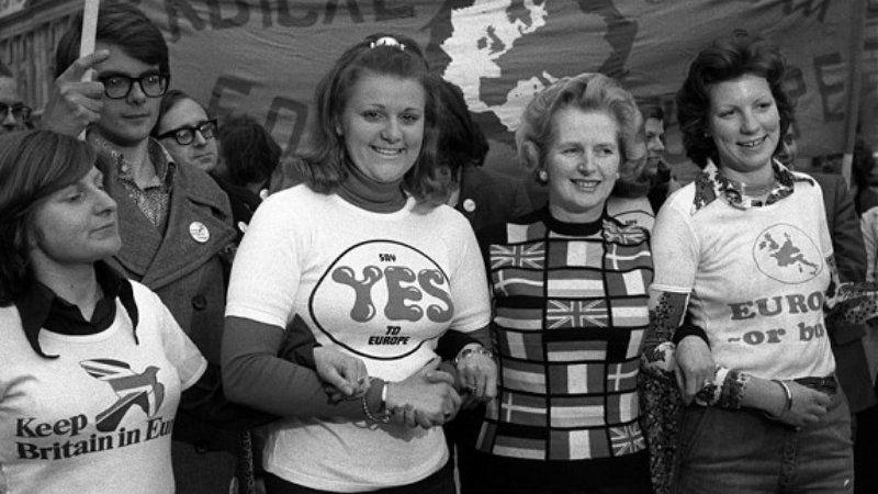 Margaret Thatcher (2e à droite), lors d'une manifestation pro-UE en 1975. [Dick Roche]
