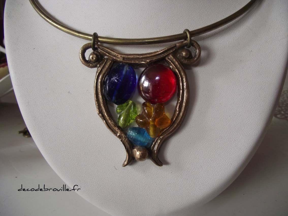 Deux tours de cou. Les pendentifs font partie du stock et les perles de verres qui ont été collées viennent d'un vieux rideau...