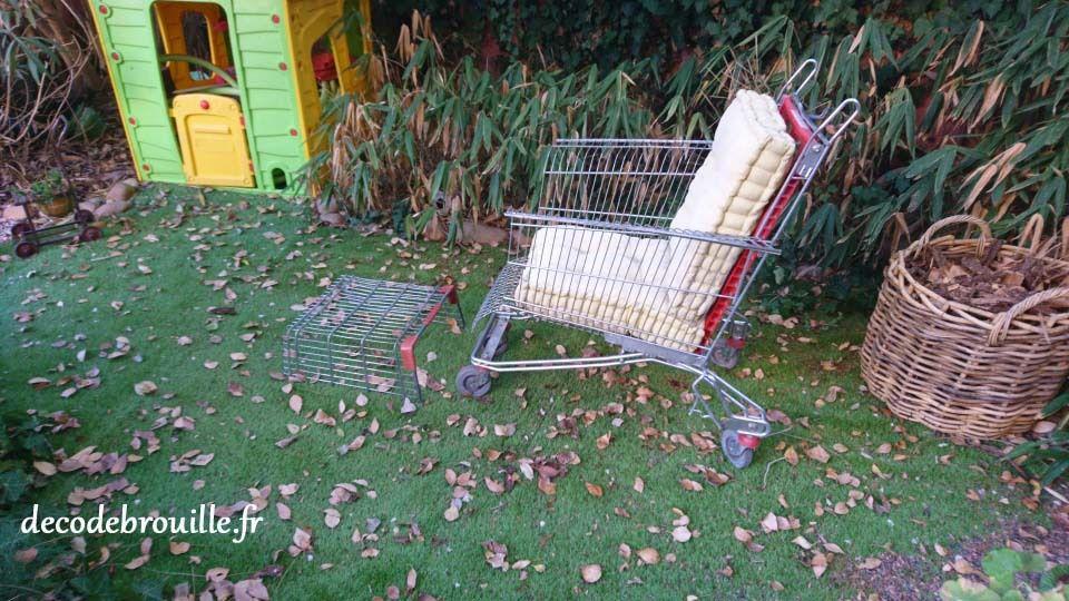 Un fauteuil avec un caddie