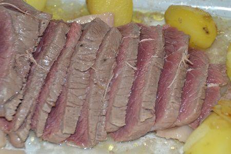 Rôti de boeuf aux pommes de terre et oignons