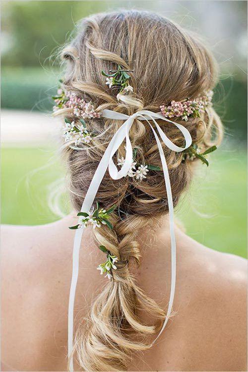 Coiffures de mariage et dГ©corations avec des fleurs