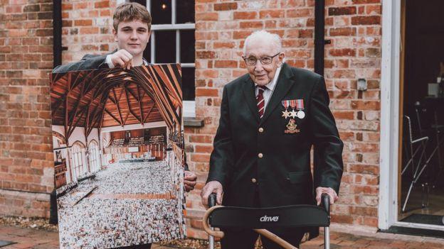 Tom et Benjie le petit fils montrant la photo des cartes © Bedford School