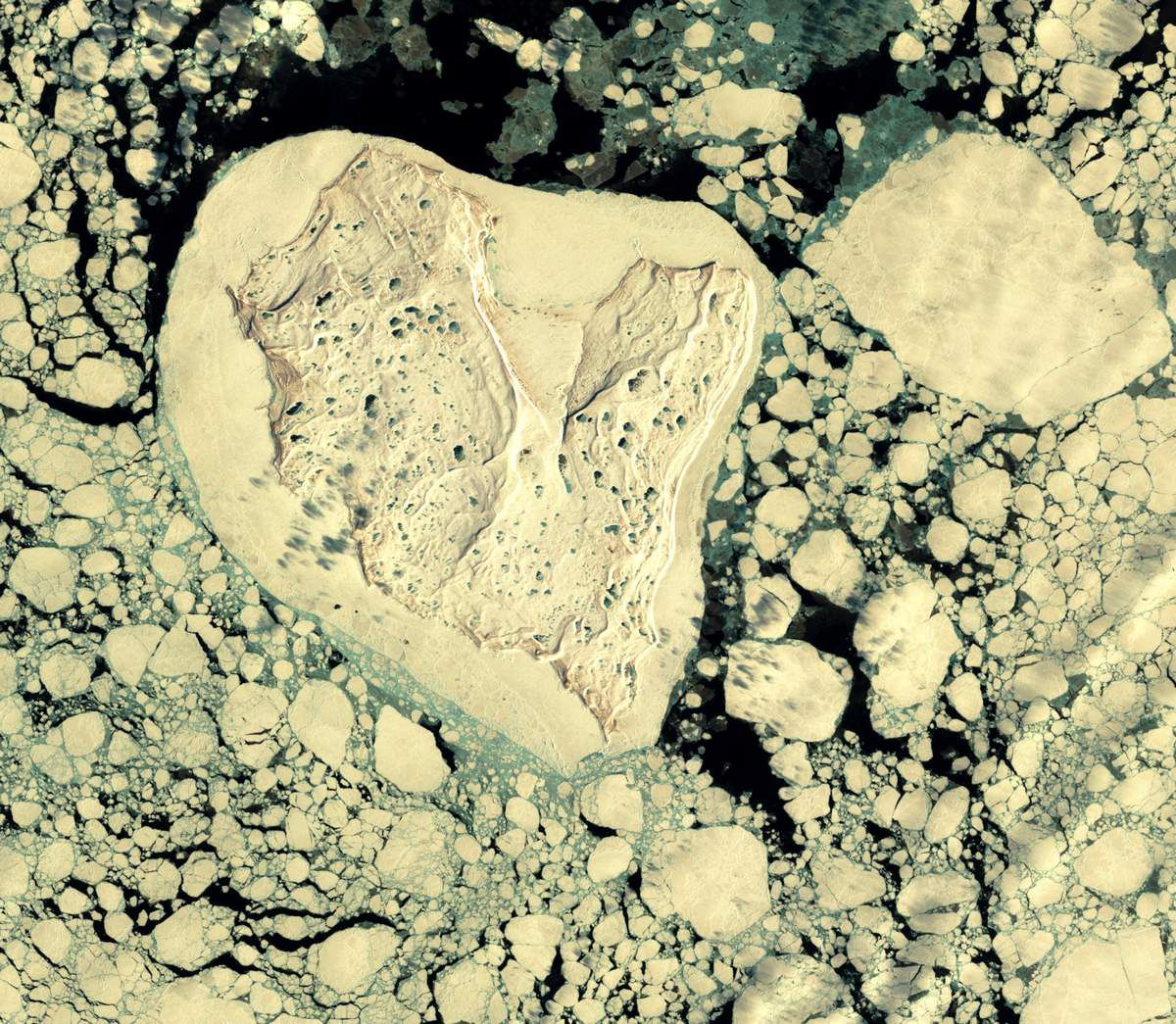 Saint-Valentin - coeur - île en forme de coeur - heart shape seen from space - satellite - glace - island - amoureux - satellite d'observation