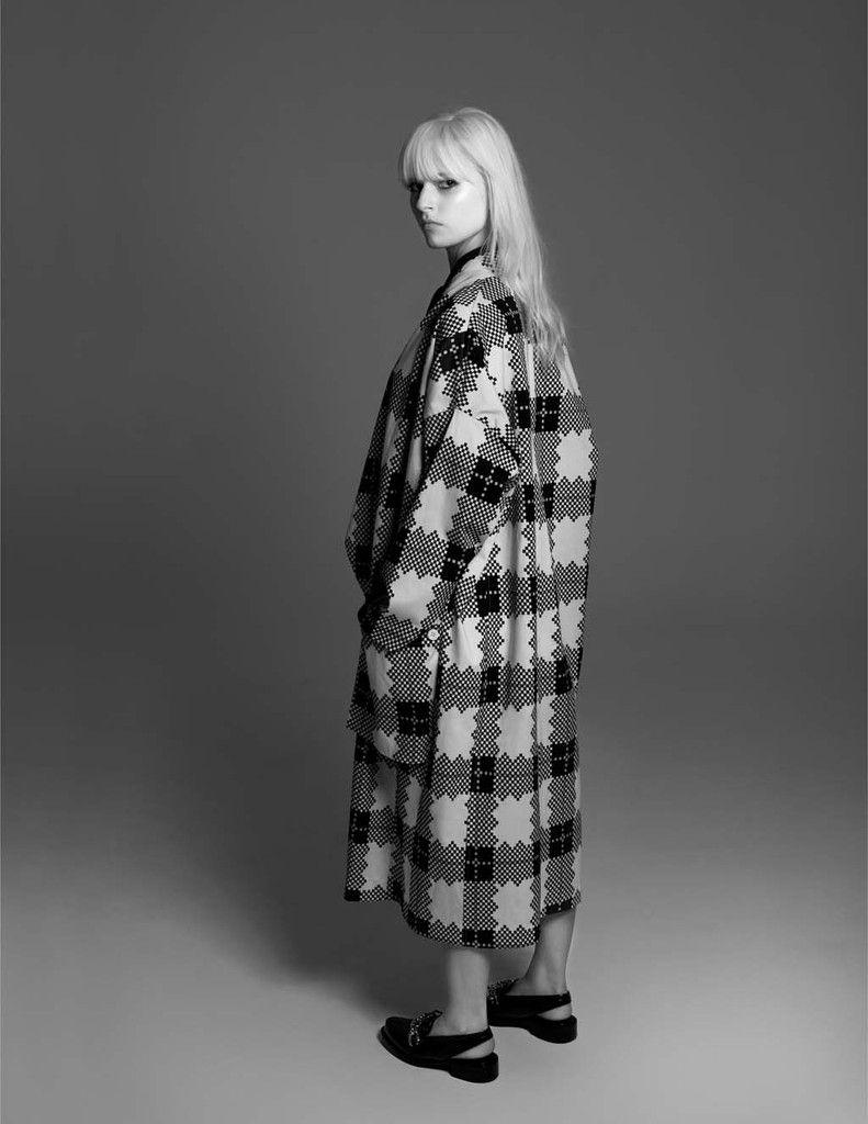 Ana wears coat Juliana Jabour, shoes Louis Vuitton.